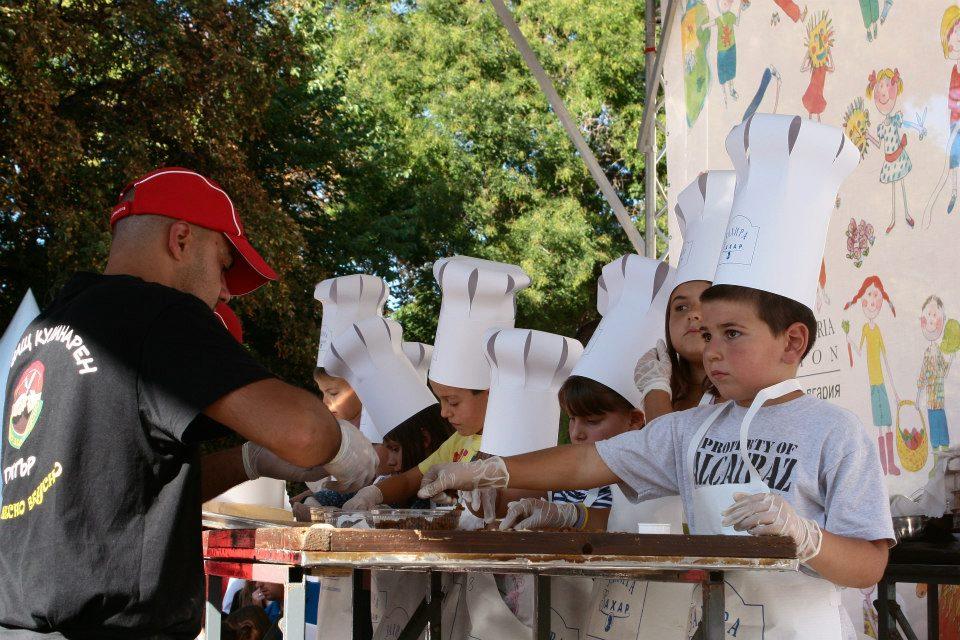 Всеки 1.6. пред Народният театър се провежда Детски панаир